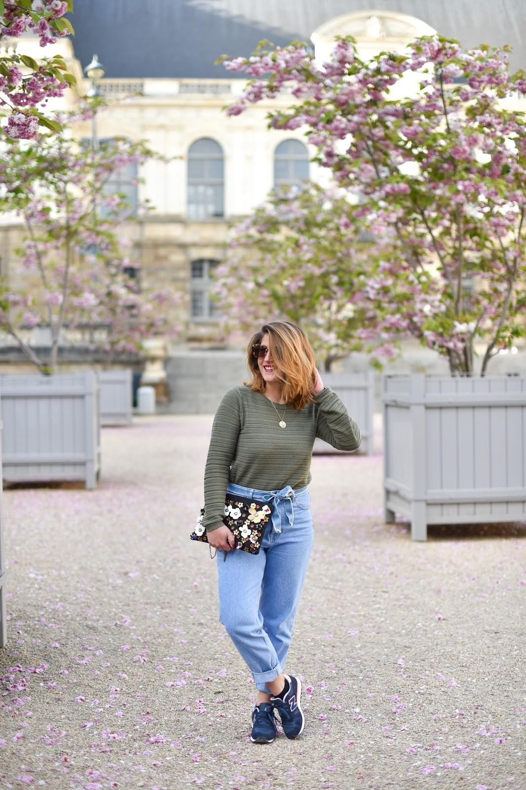 Veste: Mango, Jeans: Zara, Pull: Pimkie, Lunettes: Miu Miu, Pochette: via Boohoo. Baskets: New Balance
