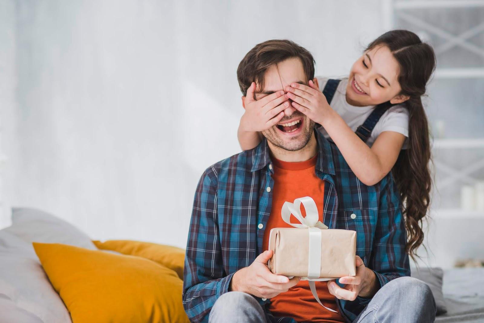 Criança presenteando pai