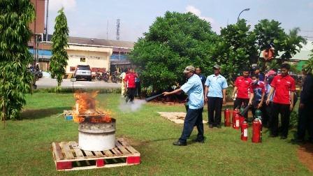 Simulasi Pemadaman Api Menggunakan Tabung Pemadam (APAR)