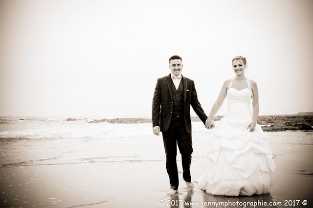 photo mariés qui marche au bord de l'eau sur la plage en sépia