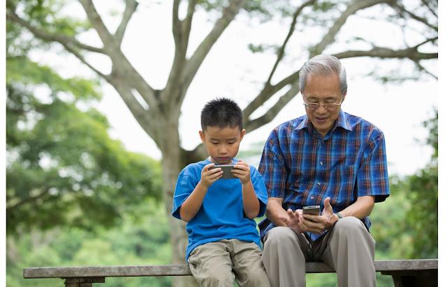 orangtua, anak, ayah, ibu, parenting, keluarga, pengorbanan, HP, handphone, teknologi, aplikasi, google play