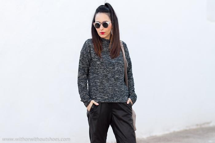 Blogger influencer de moda valenciana con outfit comodo con pantalones de piel y labios rojos