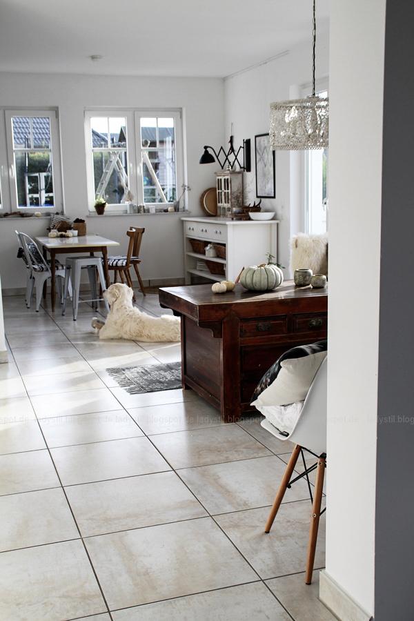 Interiorpost, Schwarz Weiß Holz Einrichtung in Küche, Esszimmer und Wohnzimmer, Herbstdeko