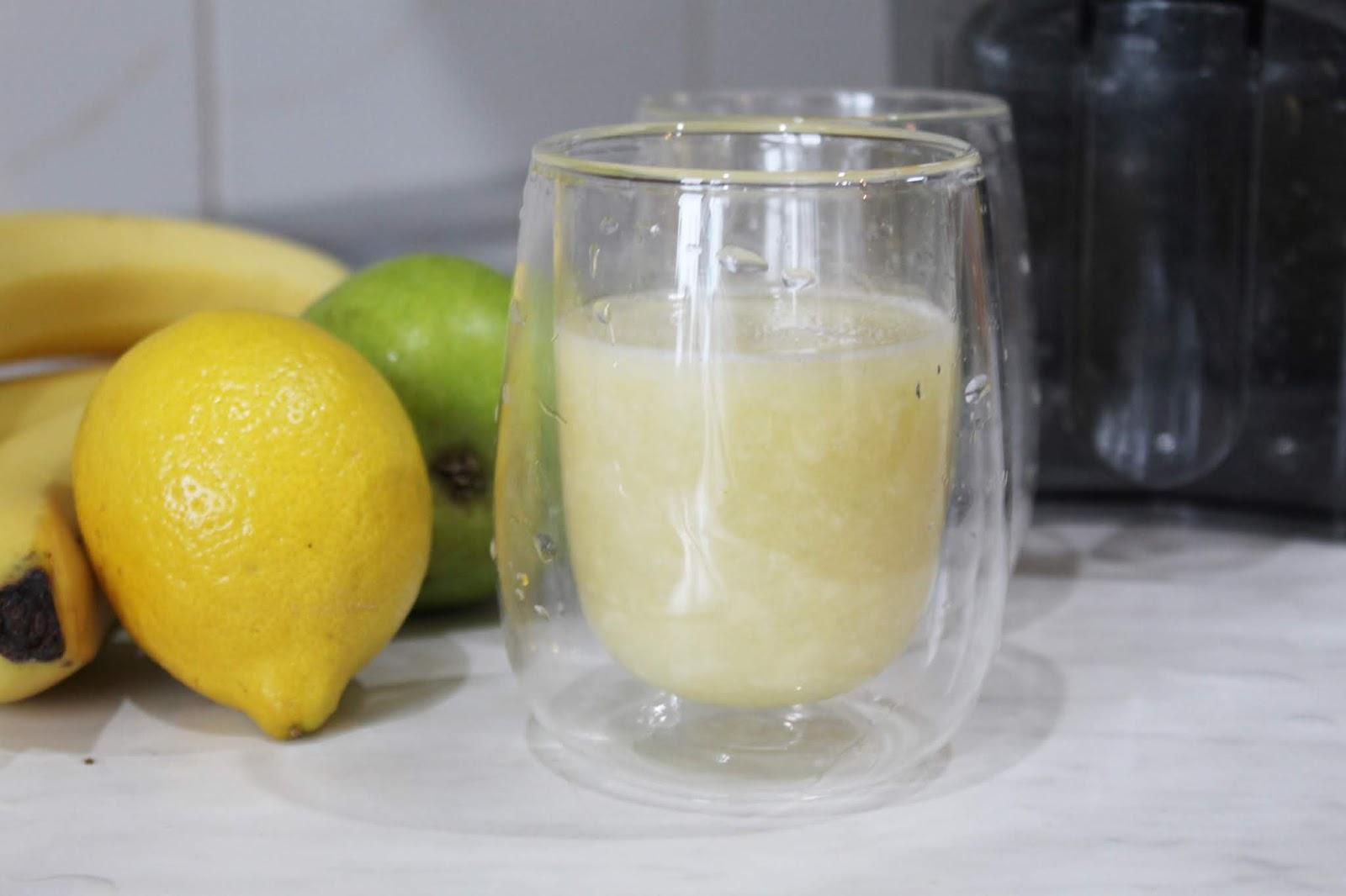 cytrynowy detoks - sok z cytryny, gruszki i banana na oczyszczenie organizmu z toksyn