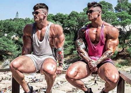 2 chicos fitness posando con un bosque de fondo