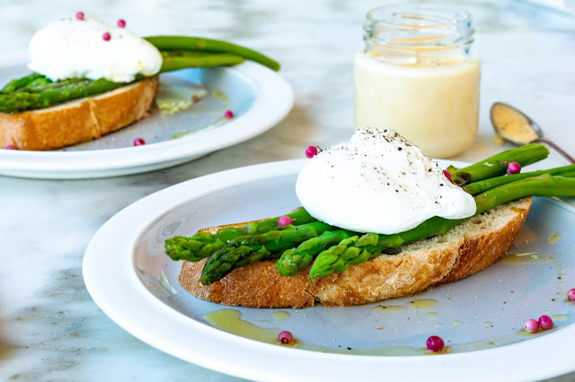 Poached Egg on Toast with asparagus.