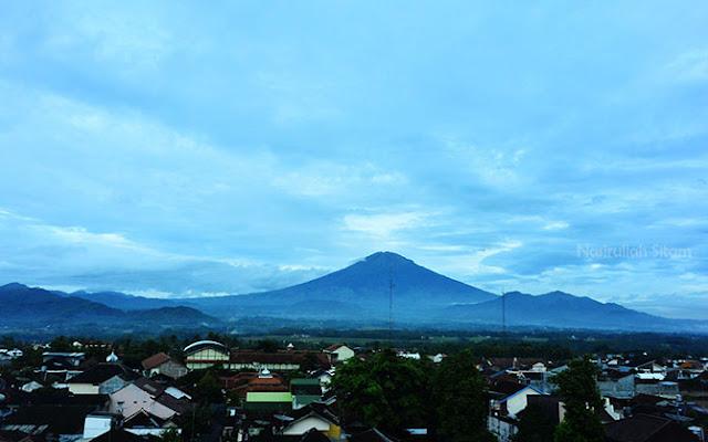 Pemandangan Gunung Sumbing dari jendela hotel