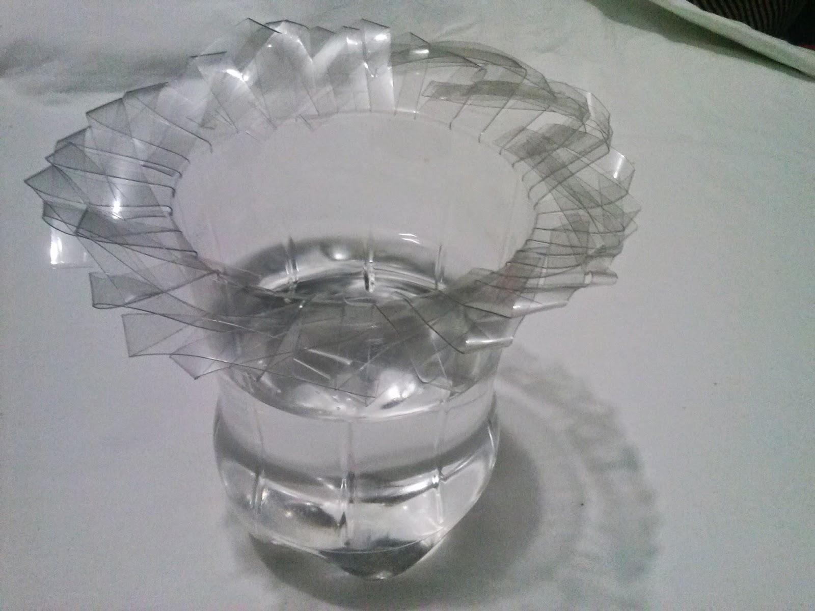Botella de plástico convertida en jarrón
