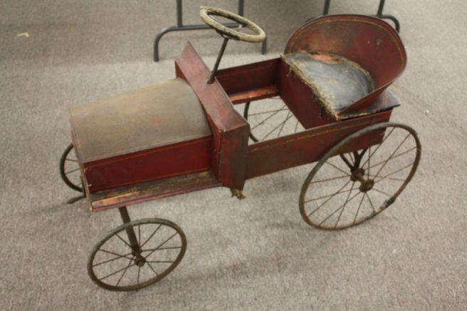 Galeria starych zabawek: Metalowe auto na pedały