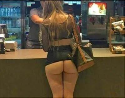 Τουρίστρια πήγε στα McDonald's και «ξέχασε»… τη φούστα της! ⏩⏩⏩ΦΩΤΟ