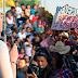 "Salvadoreños encaran a Carmen Aída Lazo con pancarta ""Devuelvan Lo Robado"""