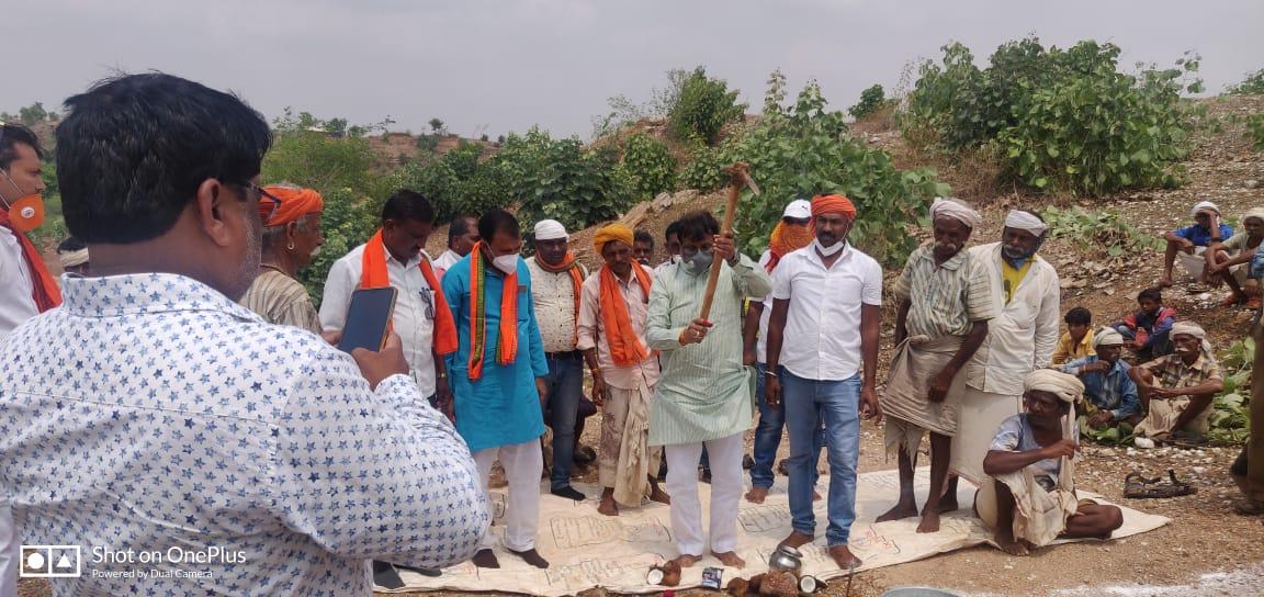 Jhabua News- सांसद गुमानसिंह डामोर ने 40 लाख की लागत के तालाब एवं 5 लाख की लागत के सीसी रोड निर्माण का किया भूमिपूजन