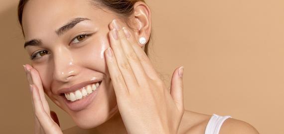 212ff9815 الزبادي: يساعد على التخلص من الجلد الميت والمتراكم على سطح البشرة. فيحتوي  على حمض اللاكتيك الذي يعمل على تجديد خلايا البشرة، تجنب الشيخوخة المبكرة،  كما ...