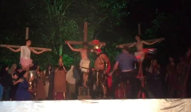 Homem tenta 'salvar' Jesus durante encenação da Paixão de Cristo; veja vídeo