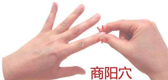 睡前這樣「敲手掌」36下。刺激十二經絡。降血糖。改善胸悶。頭不痛腳不麻。還能預防「腦中風」!
