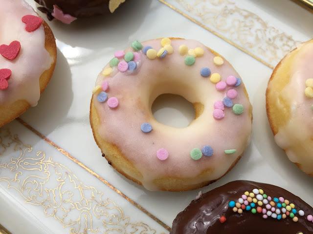Zuckerguss Donut mit farbigen Zuckerplättchen