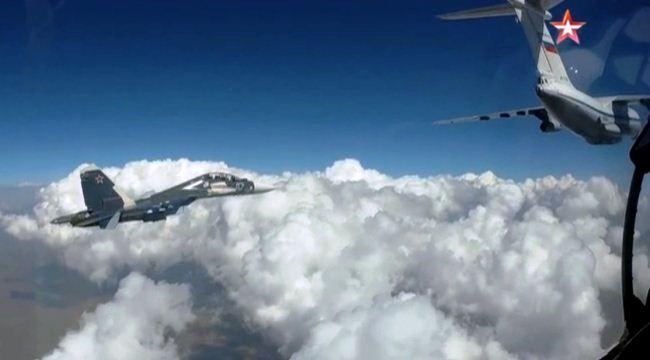 Su-30 SM isi bahan bakar di udara