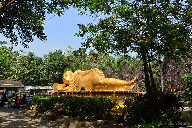 Patung Buddha Tidur yang menjadi objek wisata di Trowulan