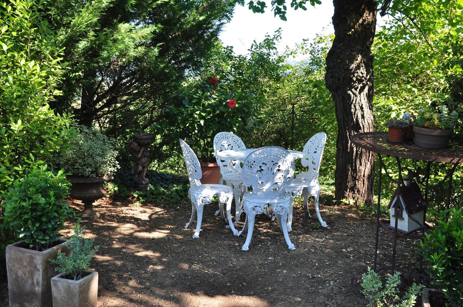 le jardin du bois joli un petit coin de jardin romantique. Black Bedroom Furniture Sets. Home Design Ideas