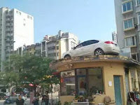 Parkir Sembarangan, Mobil Ini Berakhir di Atas Atap
