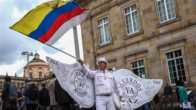 Government of Colombian President Juan Manuel signs new peace accord with FARC rebels