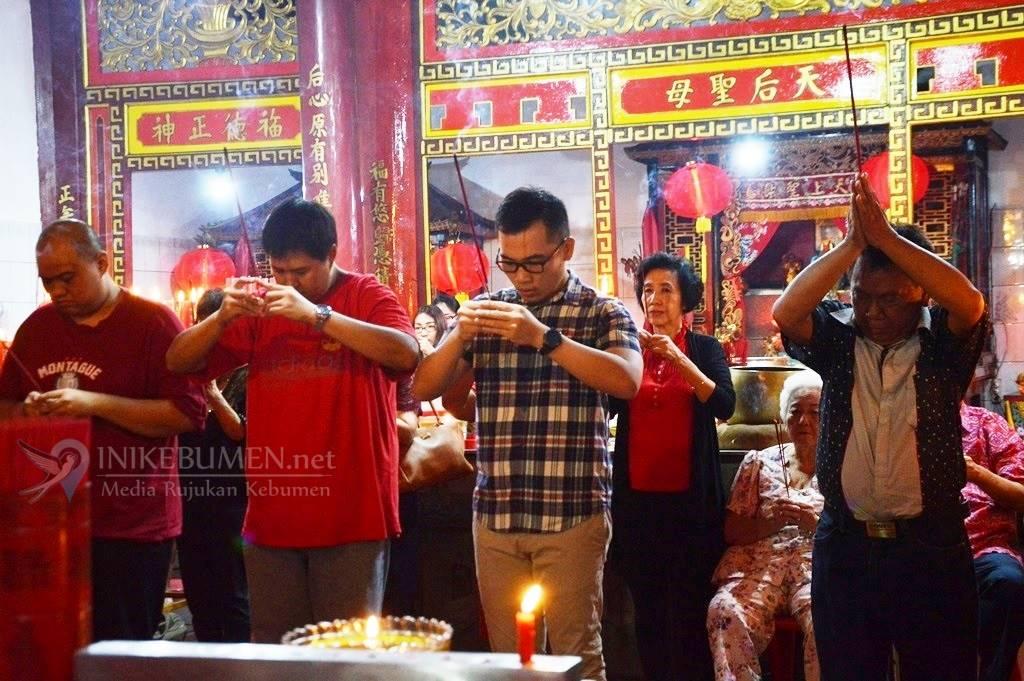 Rayakan Imlek, Penganut Tri Dharma Kebumen Gelar Sembahyang Bersama