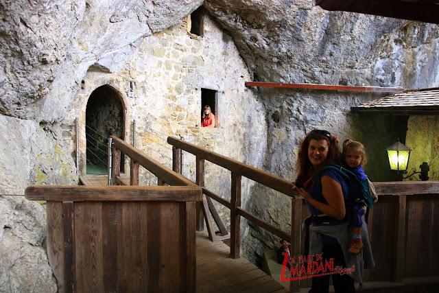 Entrar a la cueva del castillo de Predjama