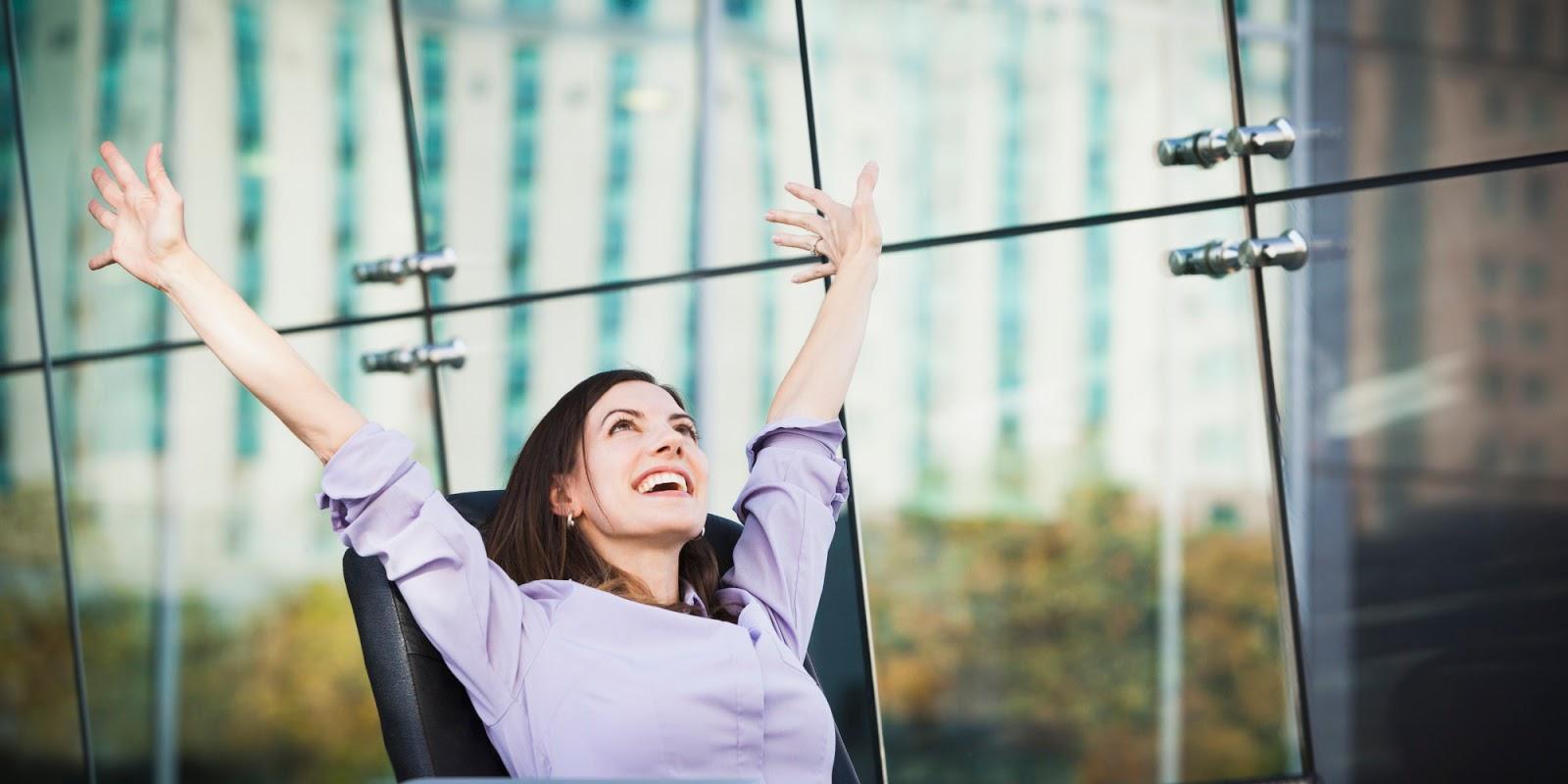 Resultado de imagen para persona feliz en el trabajo + ergonomia