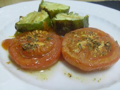 Pimientos rellenos de tortilla de patatas y acompañados por tomates asados
