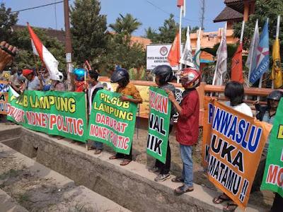 Ratusan Masyarakat Pringsewu Aksi di Depan Kantor Panwaslu