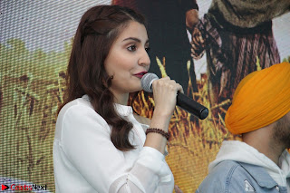 Anushka Sharma with Diljit Dosanjh at Press Meet For Their Movie Phillauri 057.JPG