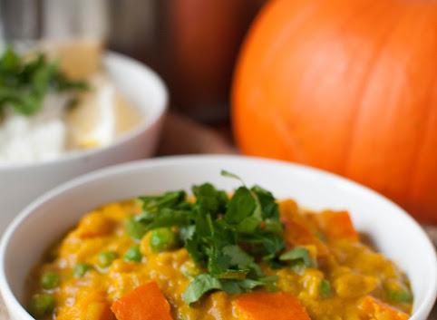 Curry z dynią i orzeszkami ziemnymi
