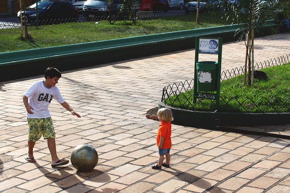 Crianças brincando bola parque