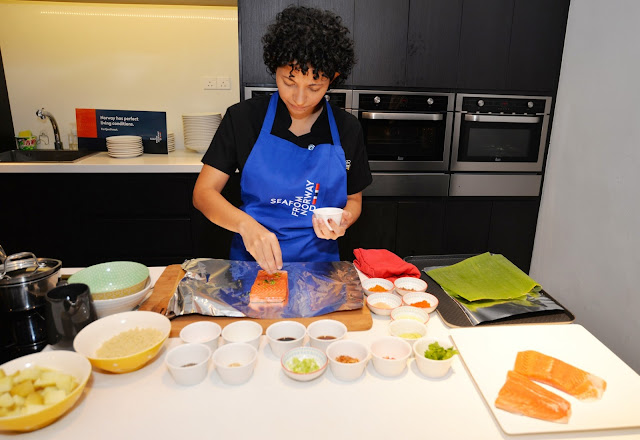 Alexandra Prahabaran menunjukan demonstrasi memasak Ikan Fjord Trout Norway