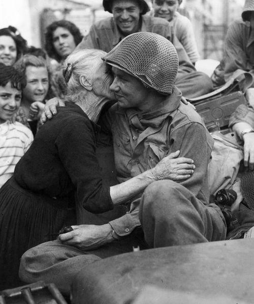 Una anciana italiana besa a un soldado de EEUU tras la liberación de Roma