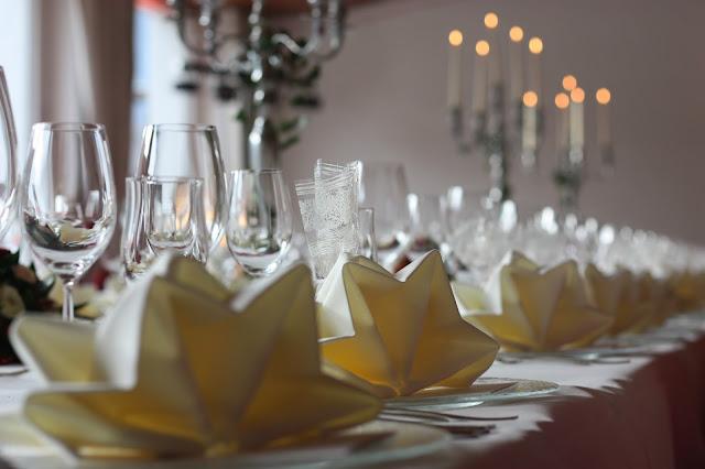 Hochzeitstafel, Herbsthochzeit in den Bergen von Garmisch-Partenkirchen, Hochzeitslocation in Bayern, Riessersee Hotel - Bordeaux, rote Rosen, herbstlich