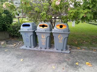 Kotak sampah yang unik, dengan bentuk bukaan berbeda