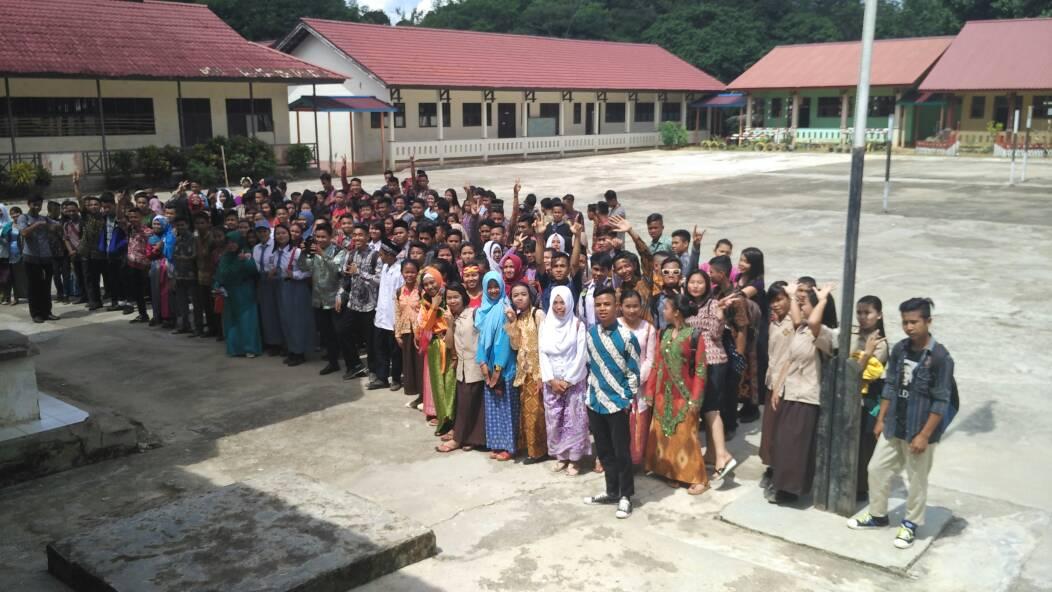 Sambut Hari Kartini, Siswi dan Guru Wanita SMAN Nanga Mahap Gunakan Baju Kebya dan Baju Adat Daerah