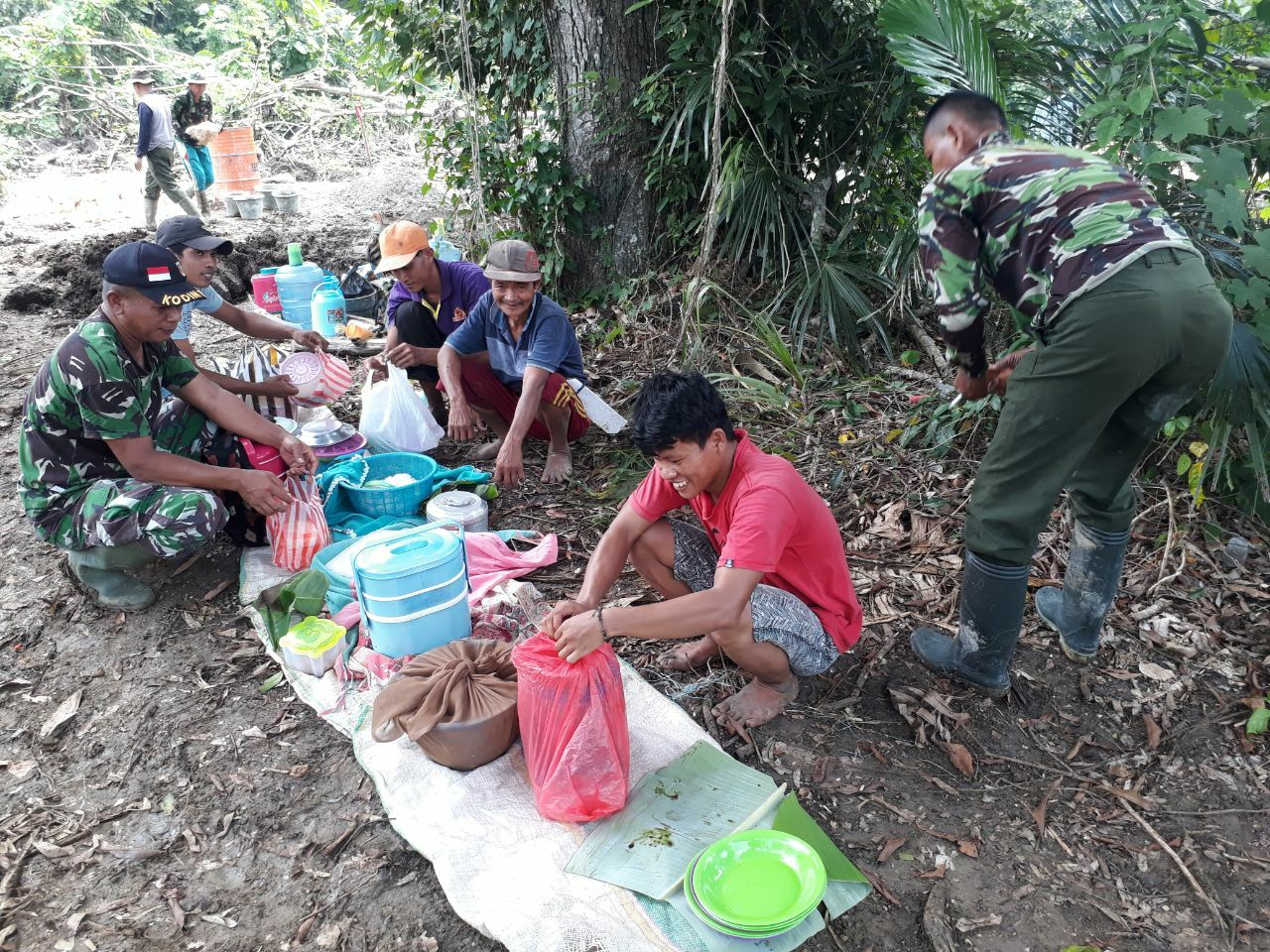 Makanan Tradisional Desa Lallatang Jadi Makanan Khan Satgas TMMD Kodim Bone