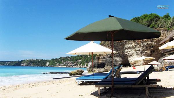 Bersantai di tenda-tenda tepian Pantai Dreamland