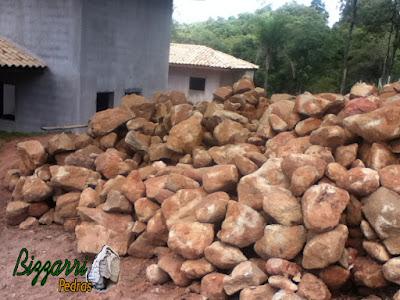 Pedra para parede de pedra, tipo pedra moledo nesse tom avermelhado com tamanhos variados.