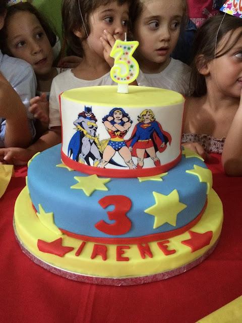 torta, sweet table e allestimento per un compleanno a tema supereroine