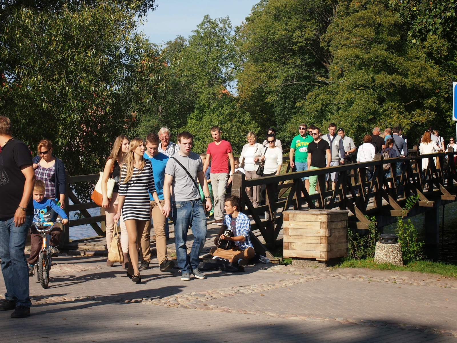 the crowds of people in Trakai near the castle