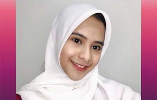 Cathy Fakandi Pakai Hijab Putih