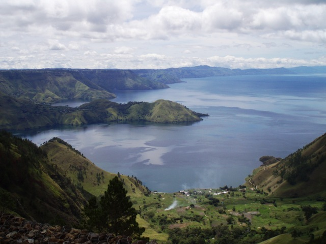 Di Sumatera Utara terdapat danau yang sangat besar dan ditengah-tengah  danau tersebut terdapat sebuah pulau. Danau itu bernama Danau Toba  sedangkan pulau ... 86eeb45313