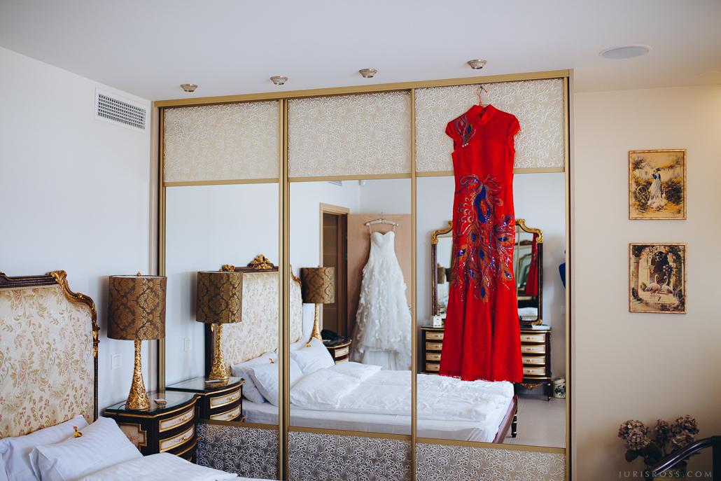nestandarta kāzu kleita balta sarkana