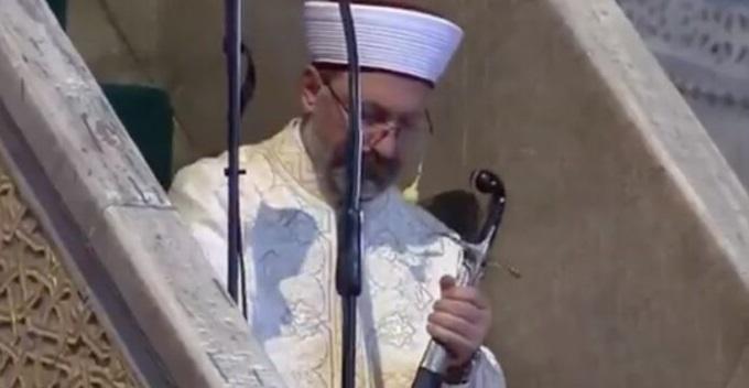 Τι σημαίνει η κίνηση του ιμάμη με το οθωμανικό ξίφος μέσα στην Αγιά Σοφιά