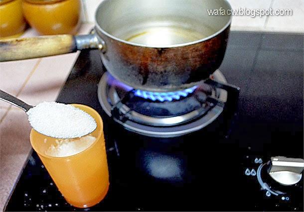 didihkan air dan gula untuk buat air gula