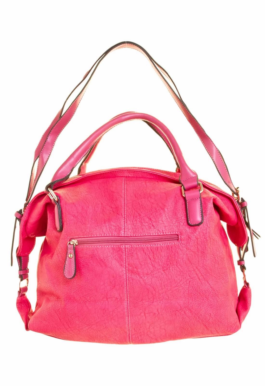 d40ee9471 Bolsa Queens Giorgia rosa, confeccionada em material sintético, com detalhe  de bolso frontal com recorte envernizado, com fechamento por botão de  encaixe.