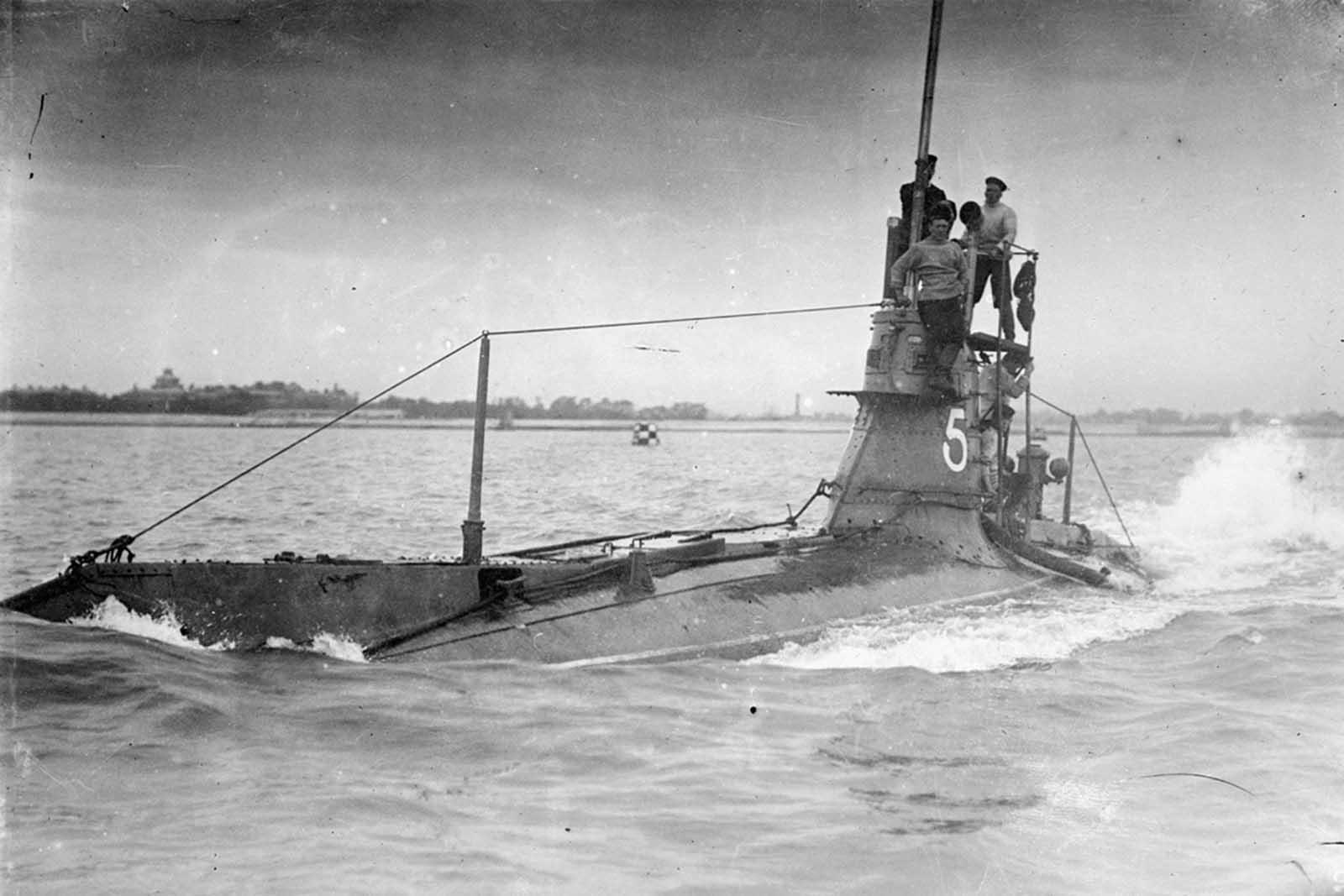 Submarino británico HMS A5. El A5 fue parte de los primeros submarinos británicos de clase A, utilizados en la Primera Guerra Mundial para la defensa del puerto. El A5, sin embargo, sufrió una explosión solo unos días después de su puesta en servicio en 1905, y no participó en la guerra.